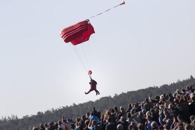 二戰紀念活動「重溫跳傘」 97歲老兵落地帥氣比YA