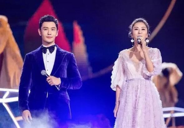 黃曉明在央視秋晚與伊麗媛合唱《千里共嬋娟》。(翻攝自微博)