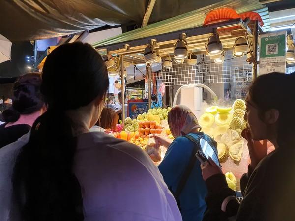 ▲▼士林夜市水果攤一袋1089元。(圖/翻攝自粉專我是北投人)