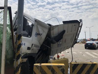 鳳鼻隧道連環車禍 4車撞成一團1駕駛亡