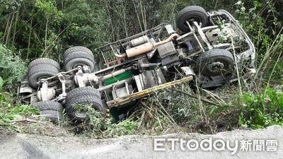 混泥車翻落山溝!駕駛卡車內出動怪手救人
