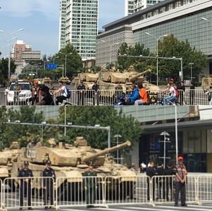 坦克市區整裝待命 北京市民:比電影還酷!