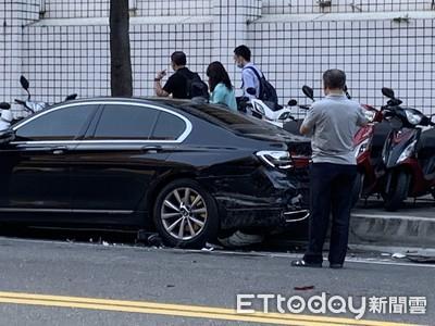 警偵防車雙黃線迴轉 撞凹BMW大七後保桿