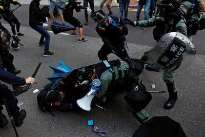 落單港警遭示威者搶槍 警:後果自負
