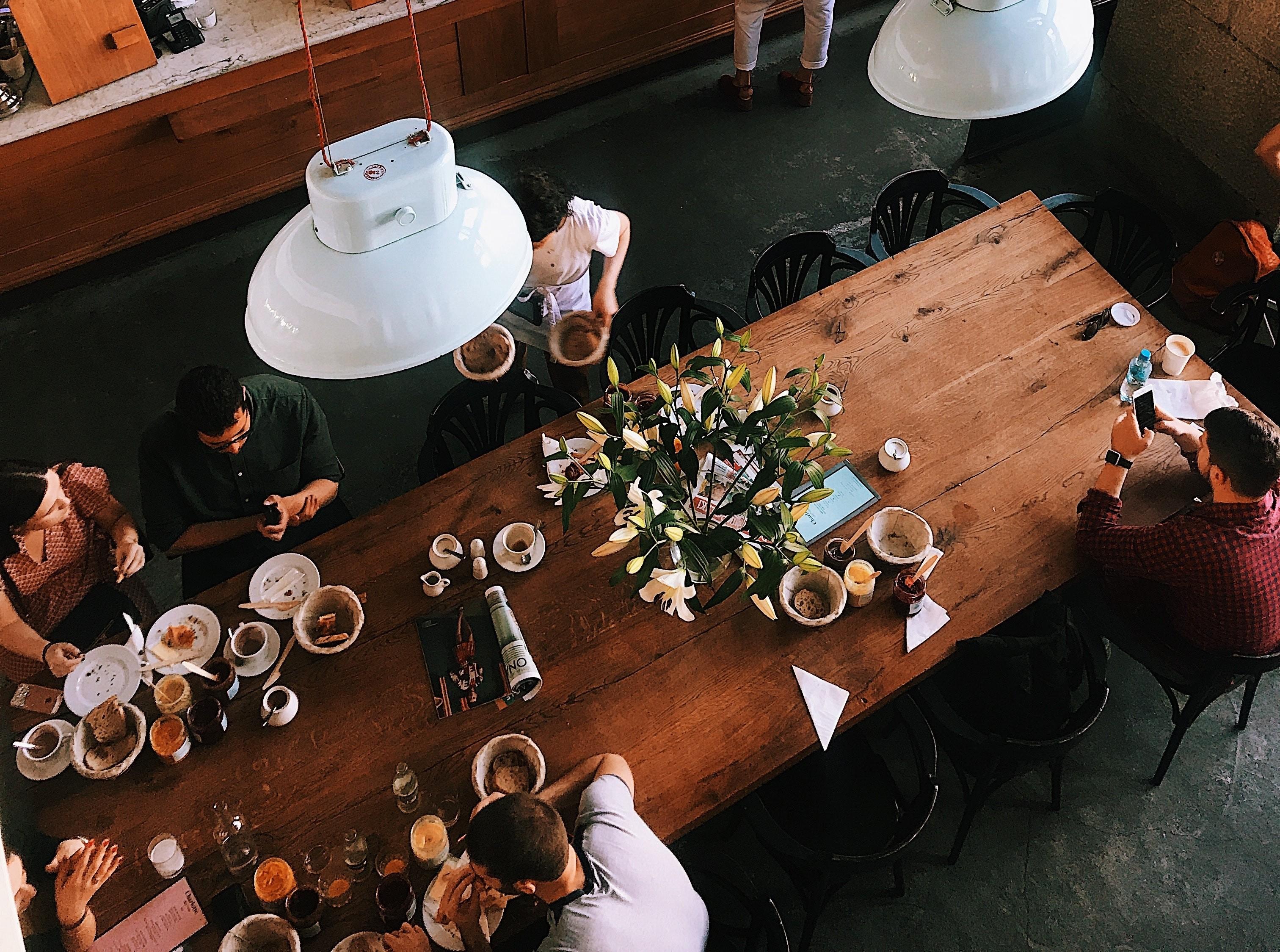 ▲共享餐桌,共享經濟 。(圖/取自免費圖庫Pixabay)