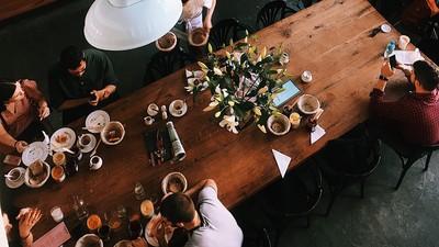 單身別怕!「共享餐桌」成趨勢 店家擺大桌子說讚:客人較不孤單
