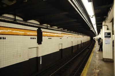 紐約父女跳軌 5歲童地鐵下爬出