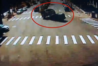 救護車遭側撞 翹孤輪4秒後翻躺倒地