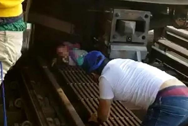 ▲▼民眾救出卡車底女童。(圖/翻攝自推特@NY1)
