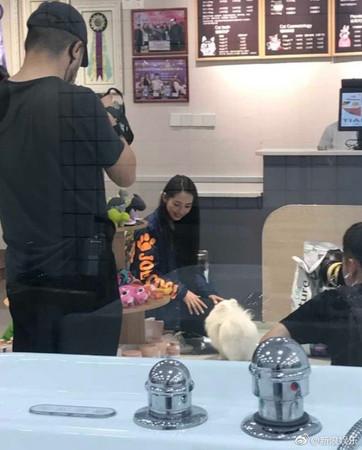 ▲網友目擊向佐郭碧婷夫妻有攝影機跟拍。(圖/翻攝自微博/新浪娛樂)