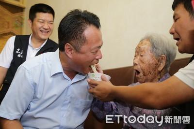 翁章梁贈重陽金鎖片給107歲人瑞