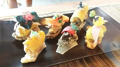 「新鮮塑膠」做成壽司!環保結合藝術打造「深海食堂」呼籲汙染議題