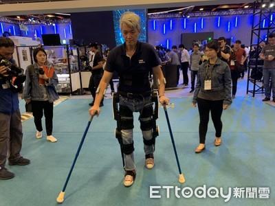 下肢癱瘓也能重新站立 工研院新創福寶科技展示「外骨骼機器人」