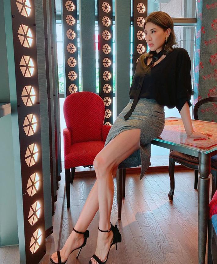 ▲▼小禎辣穿高衩全大秀驚人腿部線條。(圖/發攝自小禎IG)