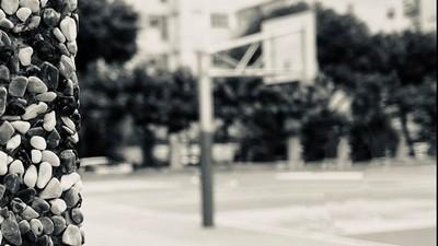 無人籃球場「灌籃聲響不停」!熱血師晚上留校做教具 回家被詭笑黑影陪睡半月