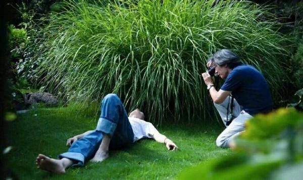 ▲▼劉昊然拍帥照躺草地,被網友發現脖子上停著一隻蚊子。(圖/翻攝自微博)