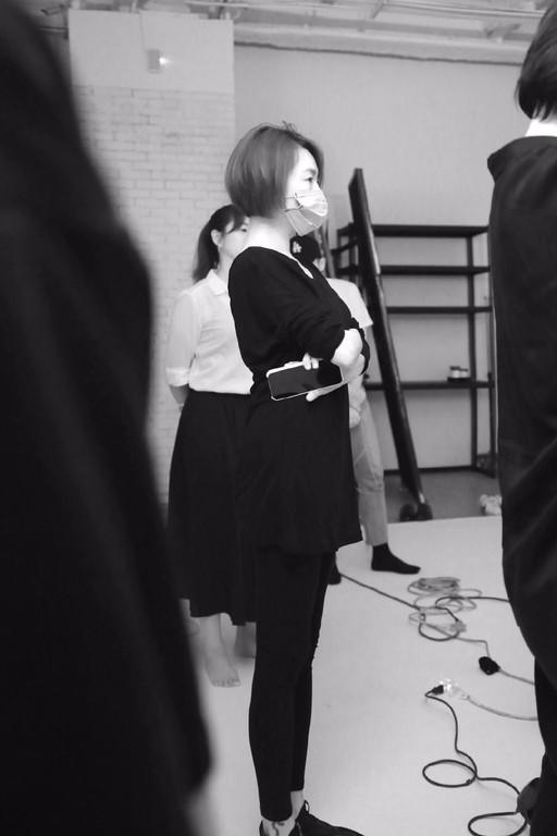 ▲小S全程指導Elly拍時尚照。(圖/翻攝自微博/JORYA欣賀)