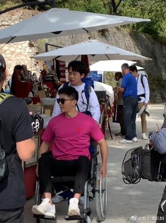 ▲李晨被目擊受傷坐輪椅。(圖/翻攝自微博/影視圈扒姐)