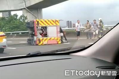 消防車國道閃小客車 撞護欄翻覆...無人受傷