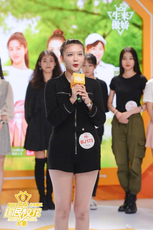▲迪麗熱巴表妹蘇比真實長相曝光。(圖/翻攝自微博/搜狐娛樂)