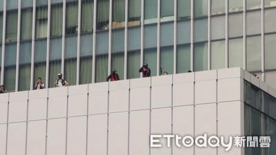 港示威者丟燃燒彈!警高處「無差別發射」