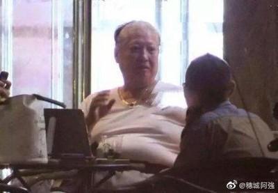 67歲洪金寶近況曝光!縮輪椅「肚子擠出三圈肉」