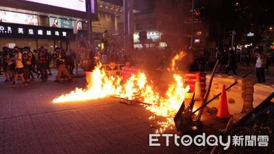 港示威者縱火多處燃燒 速龍小隊射催淚彈