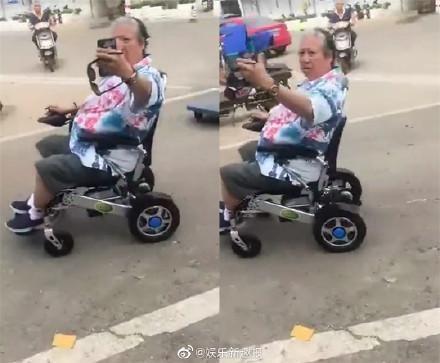 洪金寶以前就曾被網友在大馬路上偷拍坐輪椅行動的樣貌。(翻攝自娛樂新趣報微博)