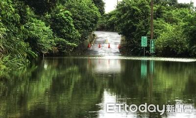 交通斷!金山北23-1線山區道路淹水2米