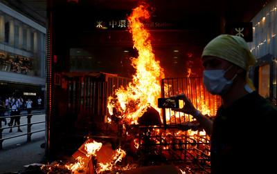港警:示威者行為與恐怖主義愈行愈近