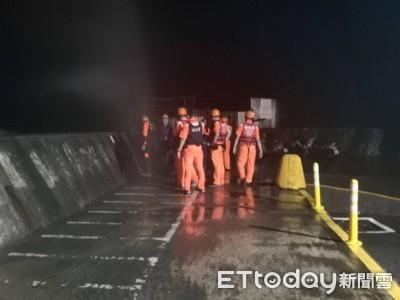 3釣客颱風天受困 緊抓港嘴燈塔求救