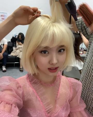 ▲娜璉首次挑戰耳下3公分的金髮。(圖/翻攝自Instagram/twicetagram)