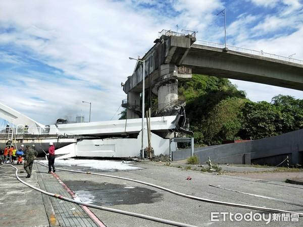 ▲▼南方澳跨海大橋坍方。(圖/記者游芳男攝)