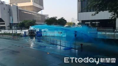 水炮車噴藍水驅趕示威者