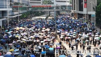 香港10.1屯門衝突!示威者擲腐蝕液體