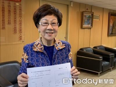 呂秀蓮2日下午5點親送連署書至選委會