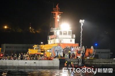 南方澳斷橋夜間重啟救援 拖泊船換角度拖掛