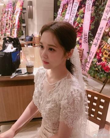 ▲張娜拉曬婚紗照。(圖/翻攝自微博/張娜拉)