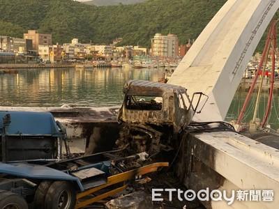 油罐車墜落第一現場 車體炸裂爛成廢鐵