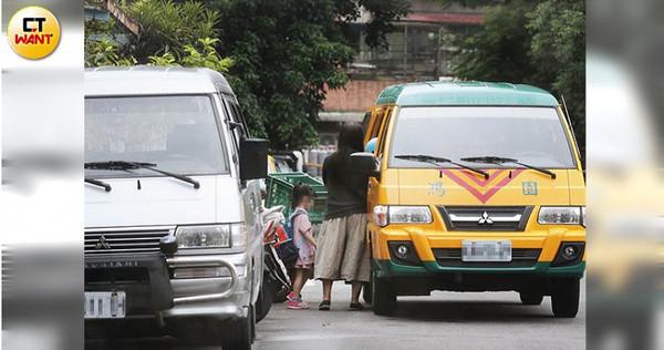 本刊直擊皇佳姐妹校「鴻園」的娃娃車,將多名學童一一送至皇龍補習班上課。(圖/黃威彬攝)