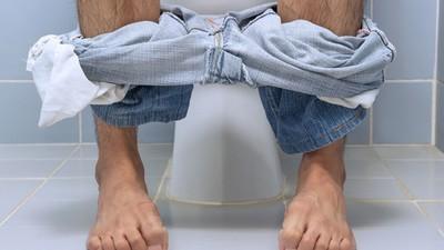 急拉屎值1000!肚痛男廁所排第一被插隊 手裡多張「救命錢」