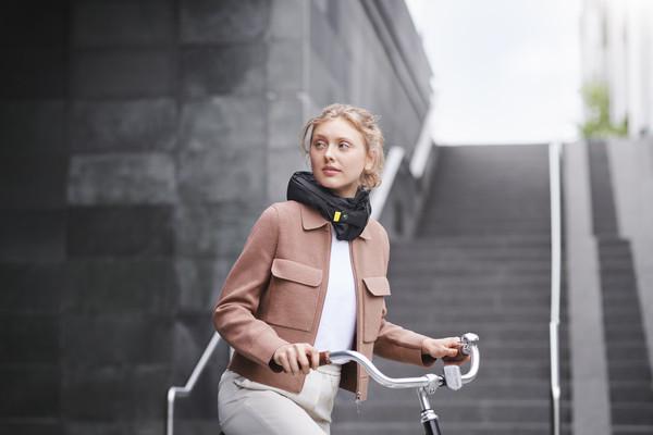 ▲瑞典Hövding打造騎士專屬安全氣囊。(圖/翻攝Hövding)