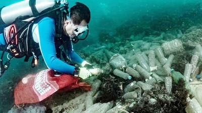 第一次潛水目睹「寶特瓶垃圾海」!宅大叔決心拯救北海岸,終生當淨海志工