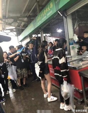 ▲網友偶遇Angelababy上菜市場。(圖/翻攝自微博)