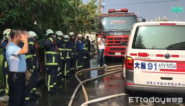 ▲▼台中大雅火警2死,隊員列隊敬禮。(圖/記者陳豐德翻攝)
