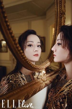 ▲迪麗熱巴復古造型現身巴黎時裝週。(圖/翻攝自微博/ELLE)