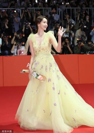 ▲潤娥在釜山電影節的裝扮引起轟動。(圖/CFP)