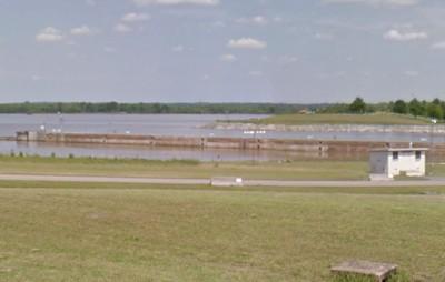 小學女師倒車入湖 想淹死2歲女兒