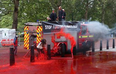 消防車裝「1800公升假血」狂噴