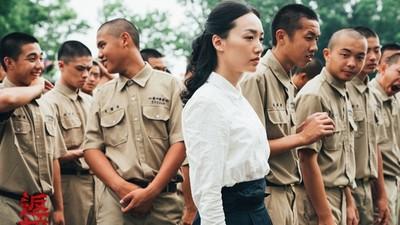 從服裝看《返校》!張明輝日式吊帶、殷老師西化洋裝:與經濟轉變有關